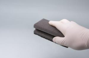 Hand putzt mit einem Schwamm