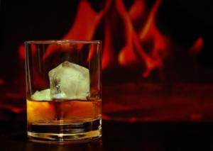 Drink mit Eiswürfeln und dunklem Hintergrund